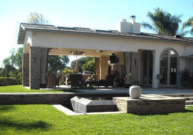 Überdachte Terrasse Mit Bodenlangen Vorhängen Für Privatsphäre