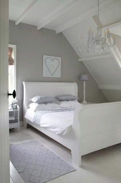 Witte zolderbalken muur in kleur  slaapkamer jongen