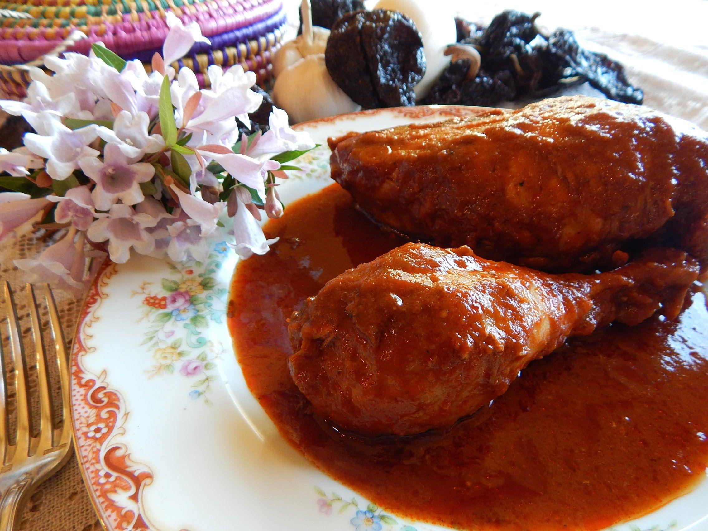 Pollo Enchilado Pollo jugoso y suavecito en salsa de chiles guajillo ancho y morita con especias y naranja Receta completa ingredientes y
