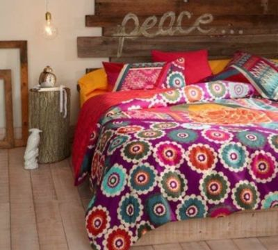 schlafzimmergestaltung holzkopfteil diy bunt gemusterte tagesdecke