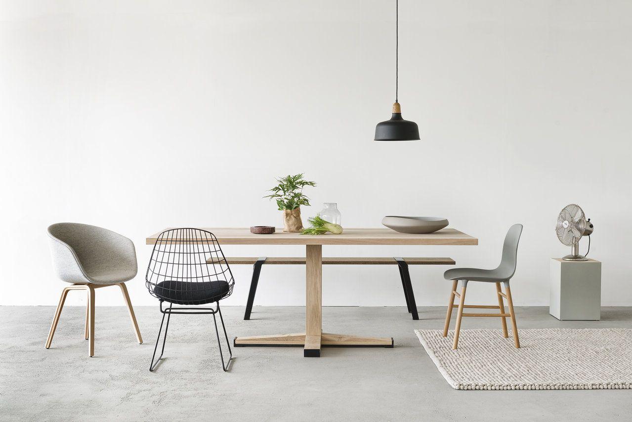 Door de praktische middenpoot is tafel Java van Houtmerk