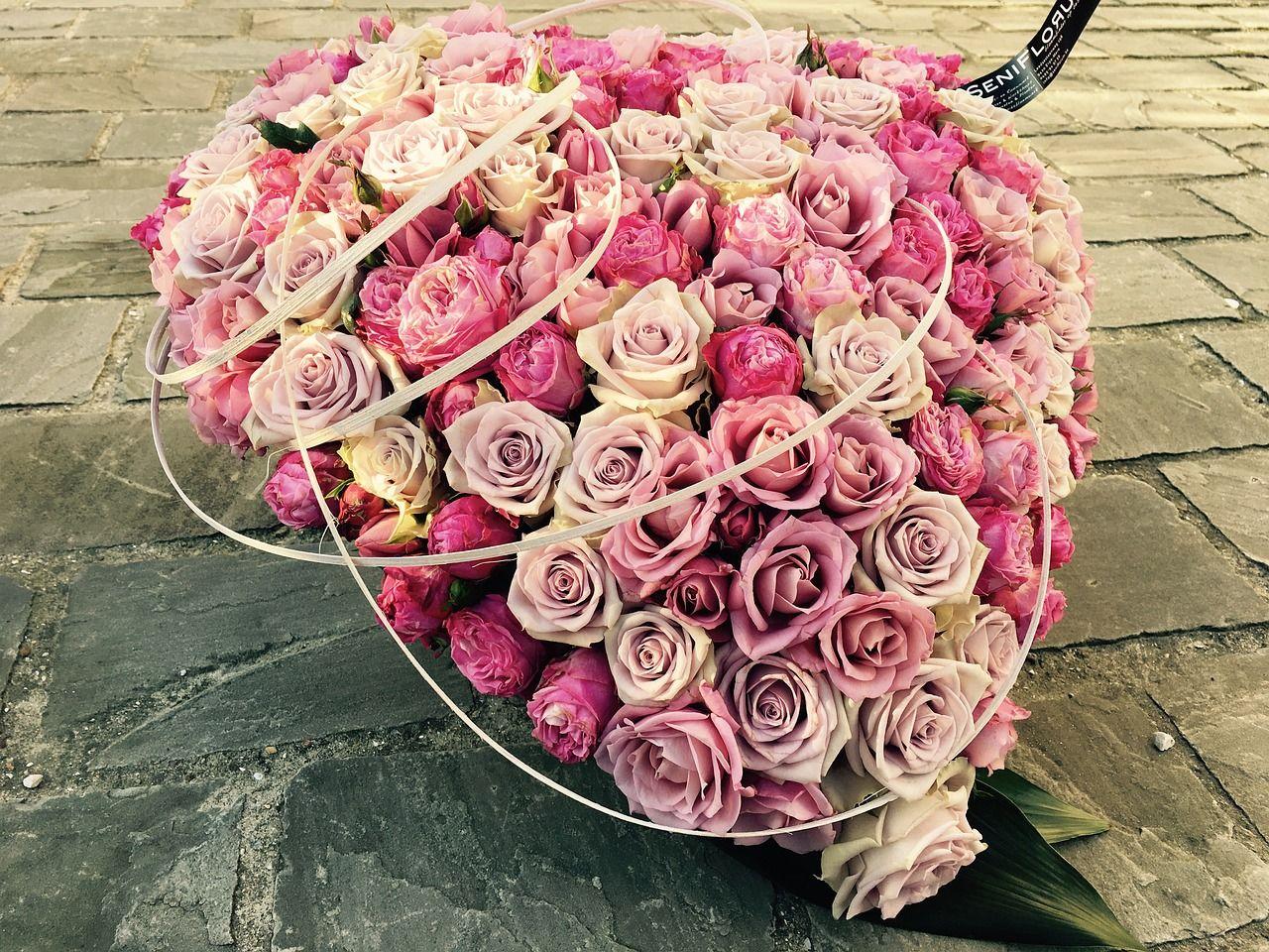 Blumen als Herz gesteckt Rosen in Herzform Trauergesteck Foto als Beispiel von pixabay