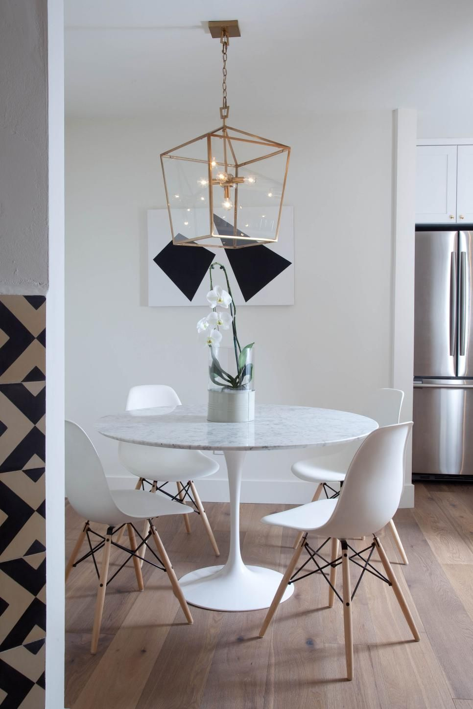 White Eamesstyle dining chairs surround the contemporary