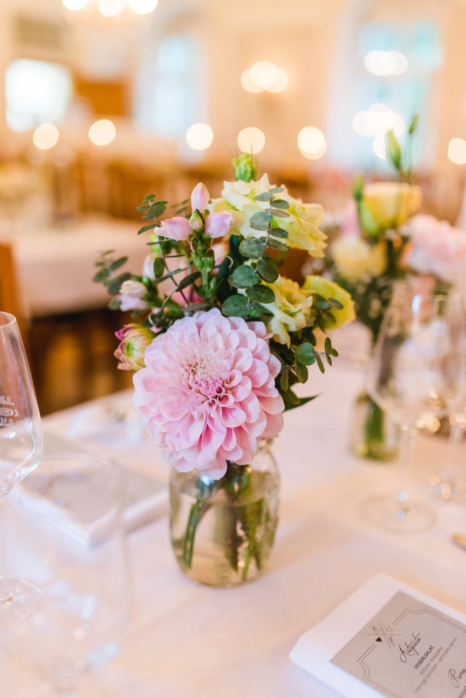 Tischdeko bei der Hochzeit fr eine lange Tafel mit Blumen