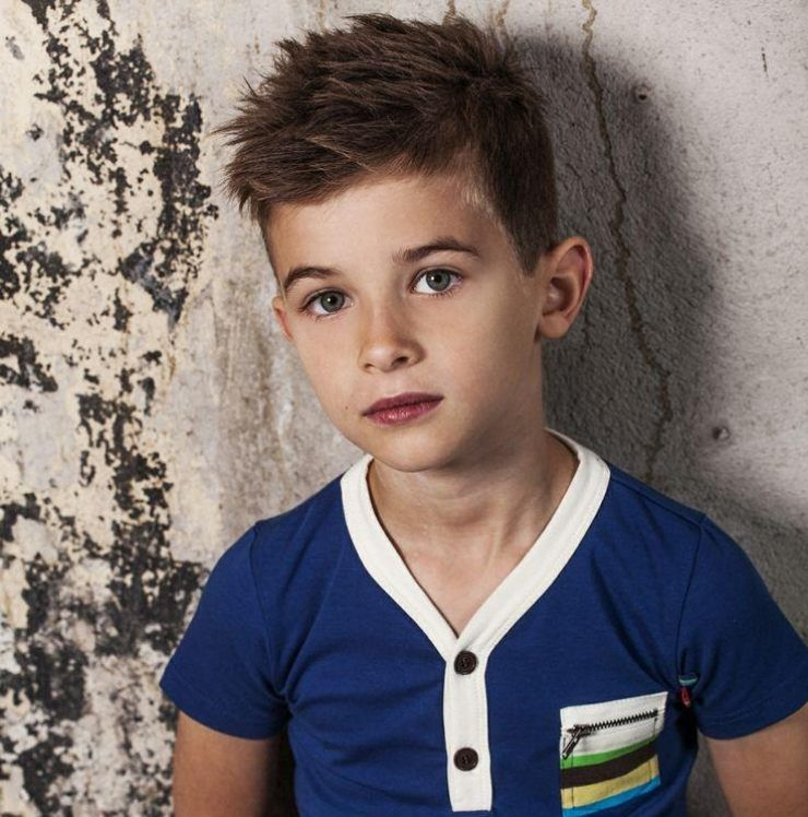 Cooler Haarschnitt Für Kleine Jungen Seitlich Gekämmte Haare