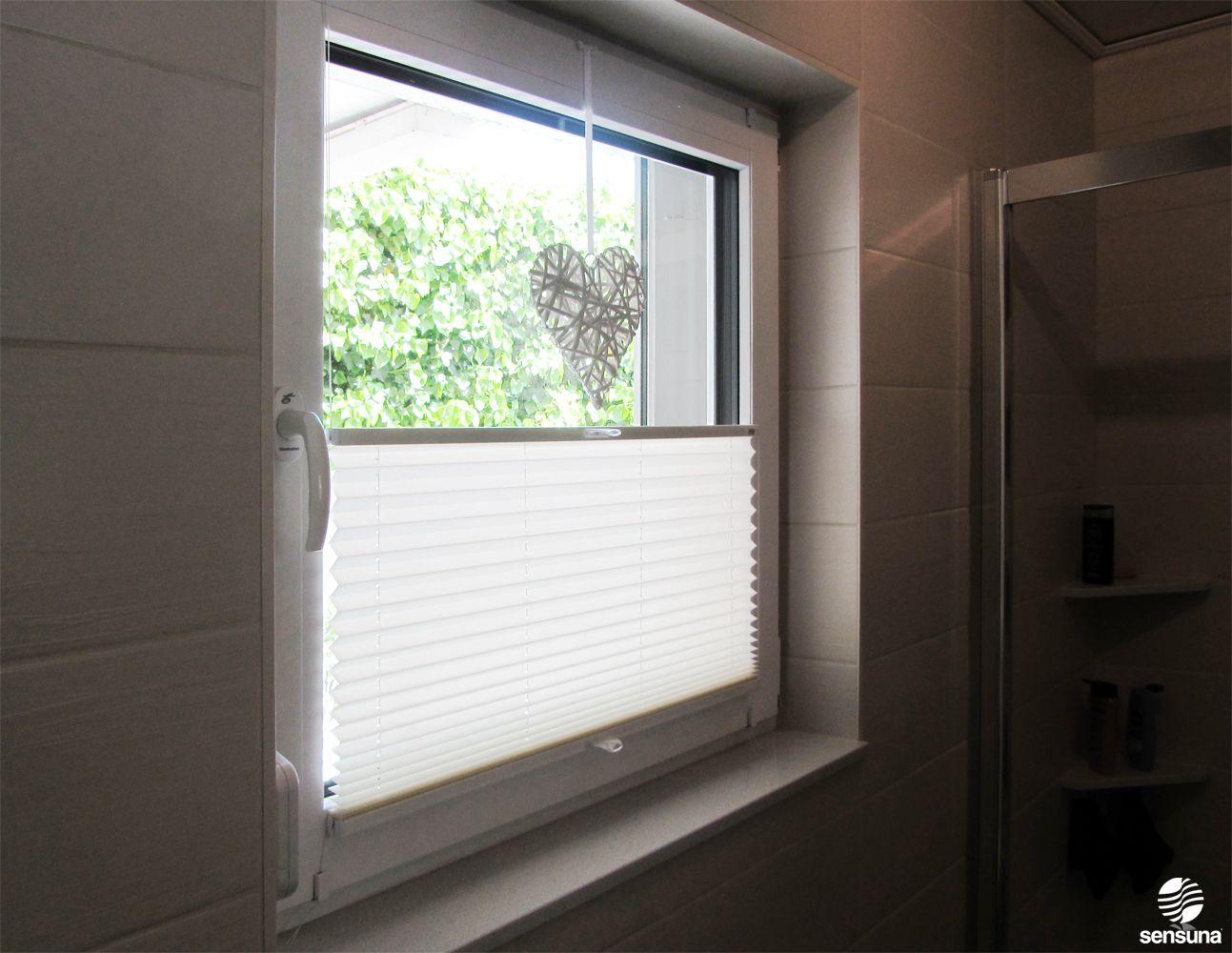 Sichtschutz am Badezimmer Fenster  dank neuem sensuna Plissee aus dem Raumtextilienshop  ein