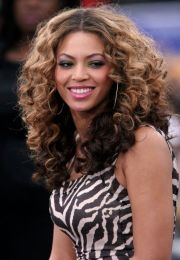 beyonce knowles center part curly
