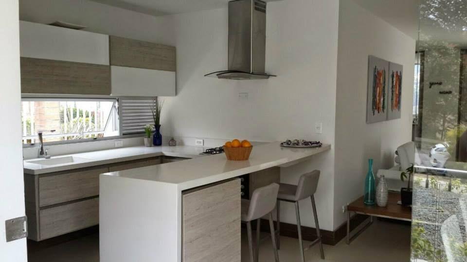 Cocina con mueble inferior y superior barra y mesn en