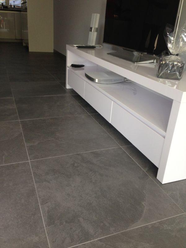 Keramische vloer leisteen look grijs mooi strak met wit
