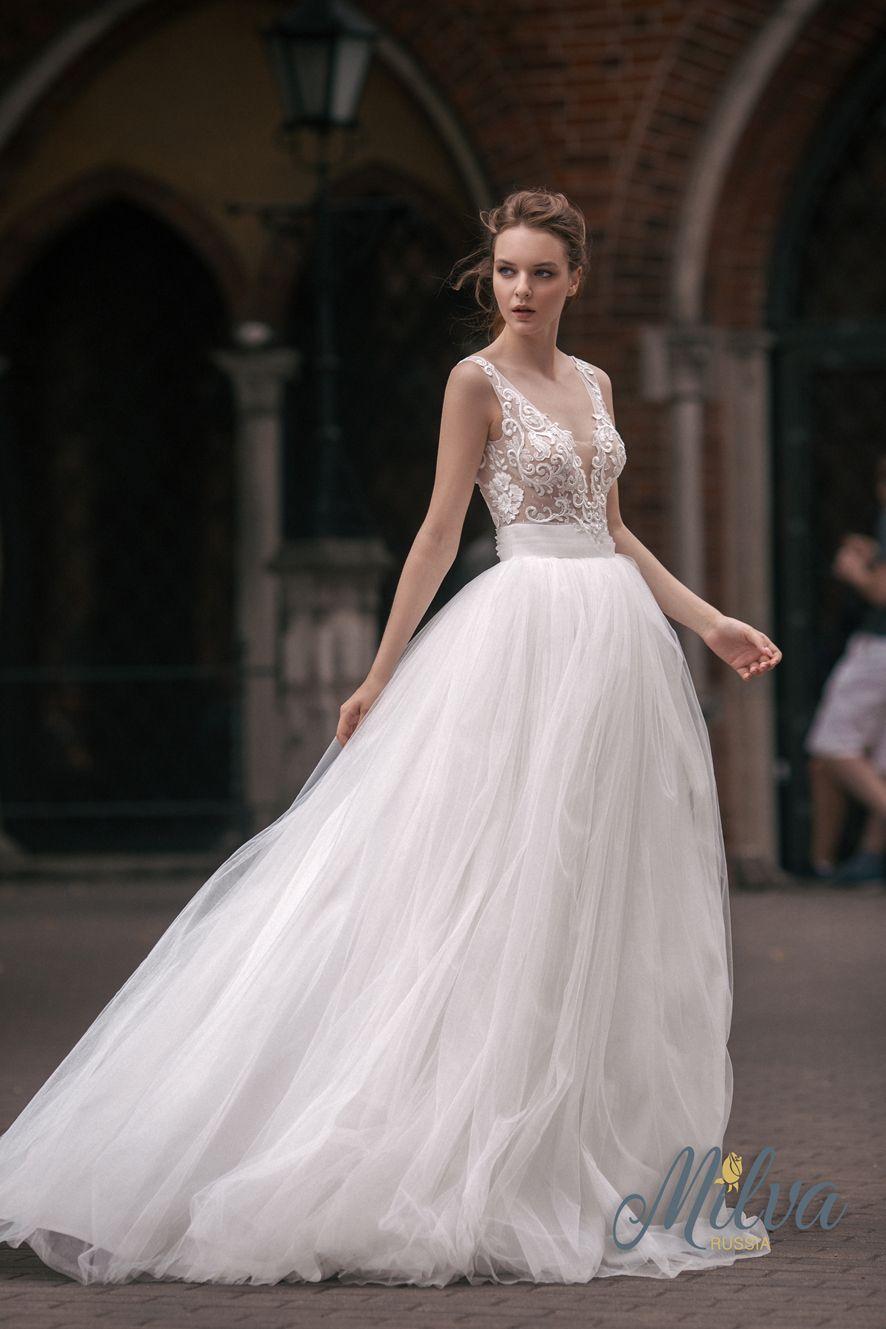 Sleeveless v neckline tulle ball gown wedding dress #wedding #weddingdress #weddinggown