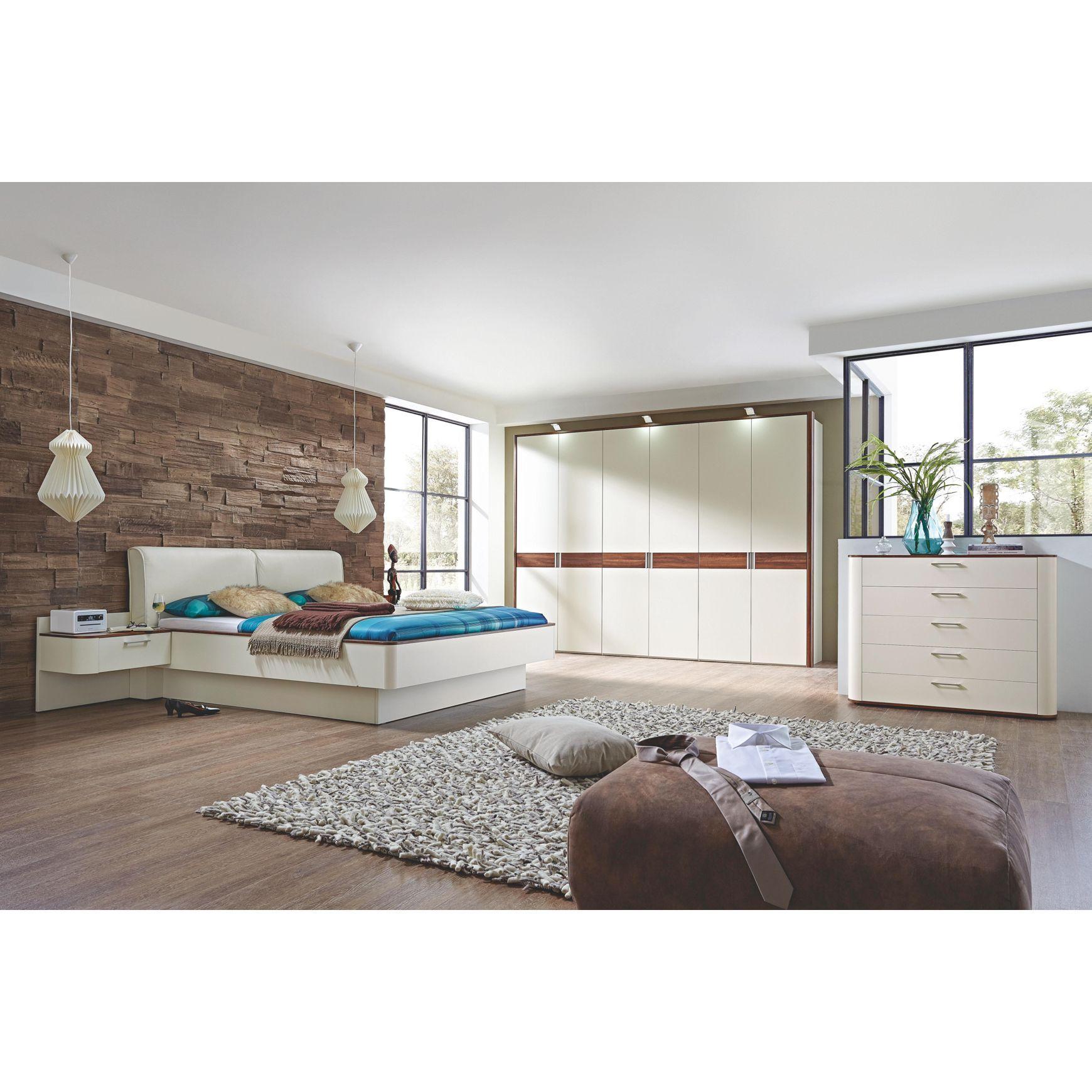 Helles modernes Schlafzimmer komplett eingerichtet mit