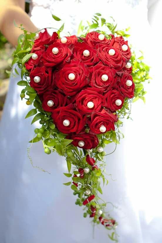 Brautstrau mit roten Rosen und Perlen in Herzform I love