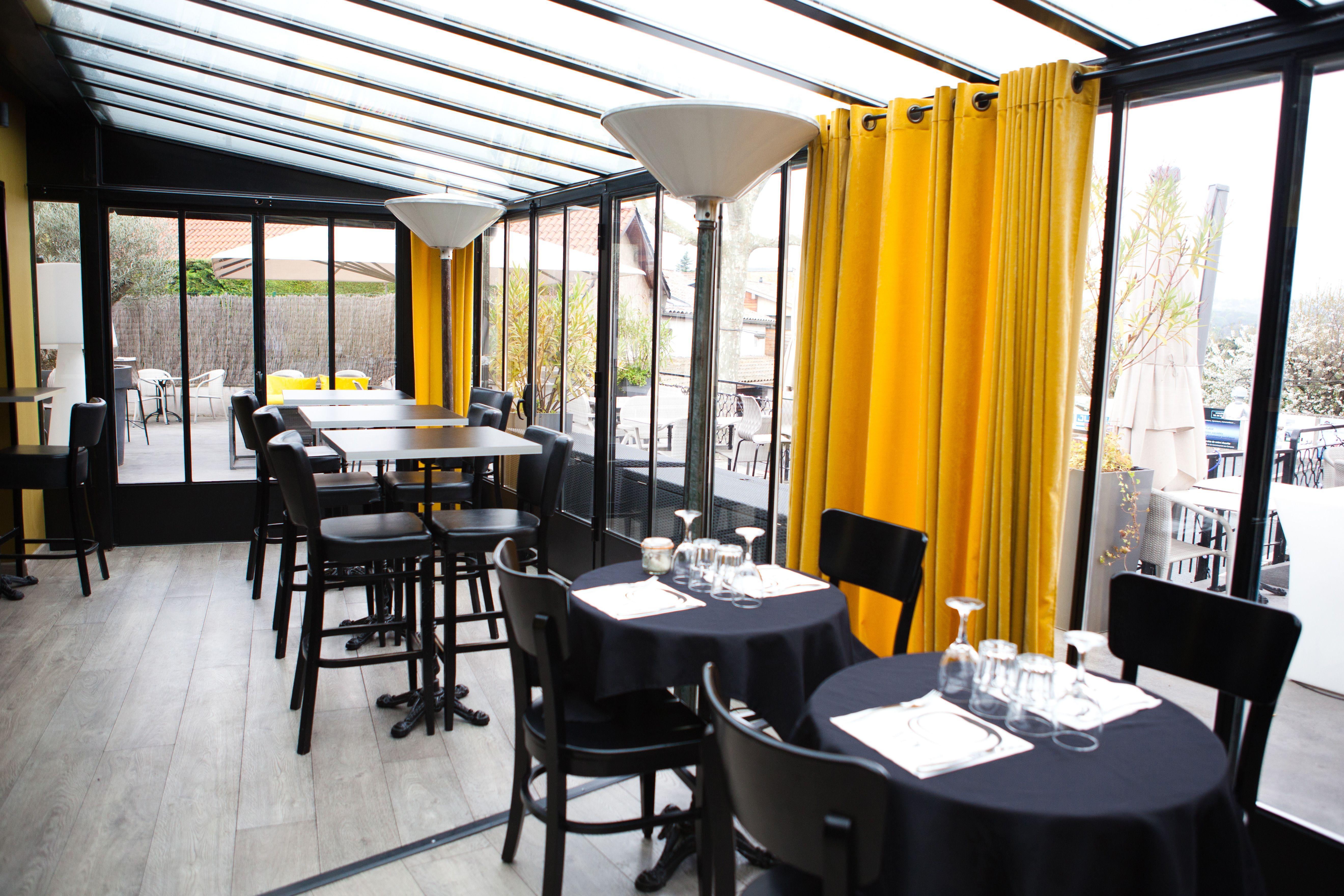 La Veranda Du Restaurant O Capot Avec Rideaux En Velours