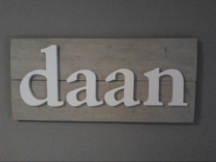 Wit houten letters op vergrijsd steigerhout  kamer Daan