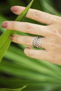 PANDORA's tropical palm leaf ring is perfect for an exotic ...