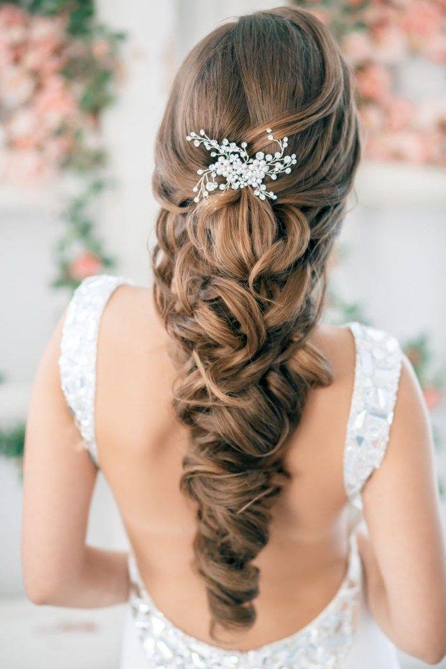 Flechtfrisur Zur Hochzeit Verziert Mit Haarspange Brautfrisur