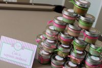 Cupcake in a mason jar as favors. Plus cute decorating ...