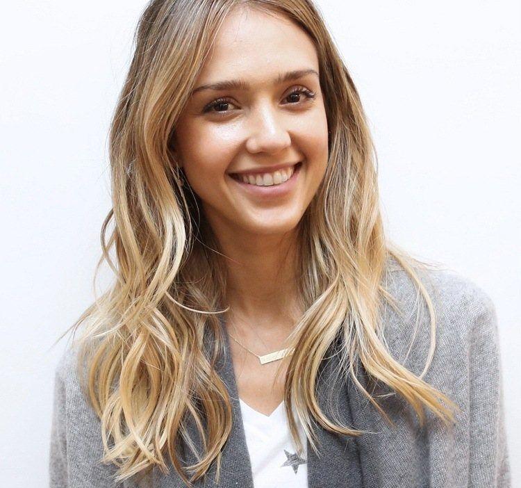 Frisur Für Blonde Haare Wellen Für Mehr Volumen Frisuren