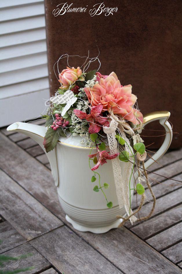Kleiner Sommertischkranz  Kaffeekanne Blumengestecke und