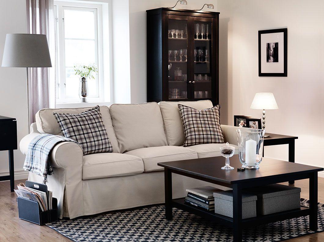 Ein Wohnzimmer mit EKTORP 3erSofa mit Bezug Tygelsj in Beige HEMNES Beistelltisch HEMNES