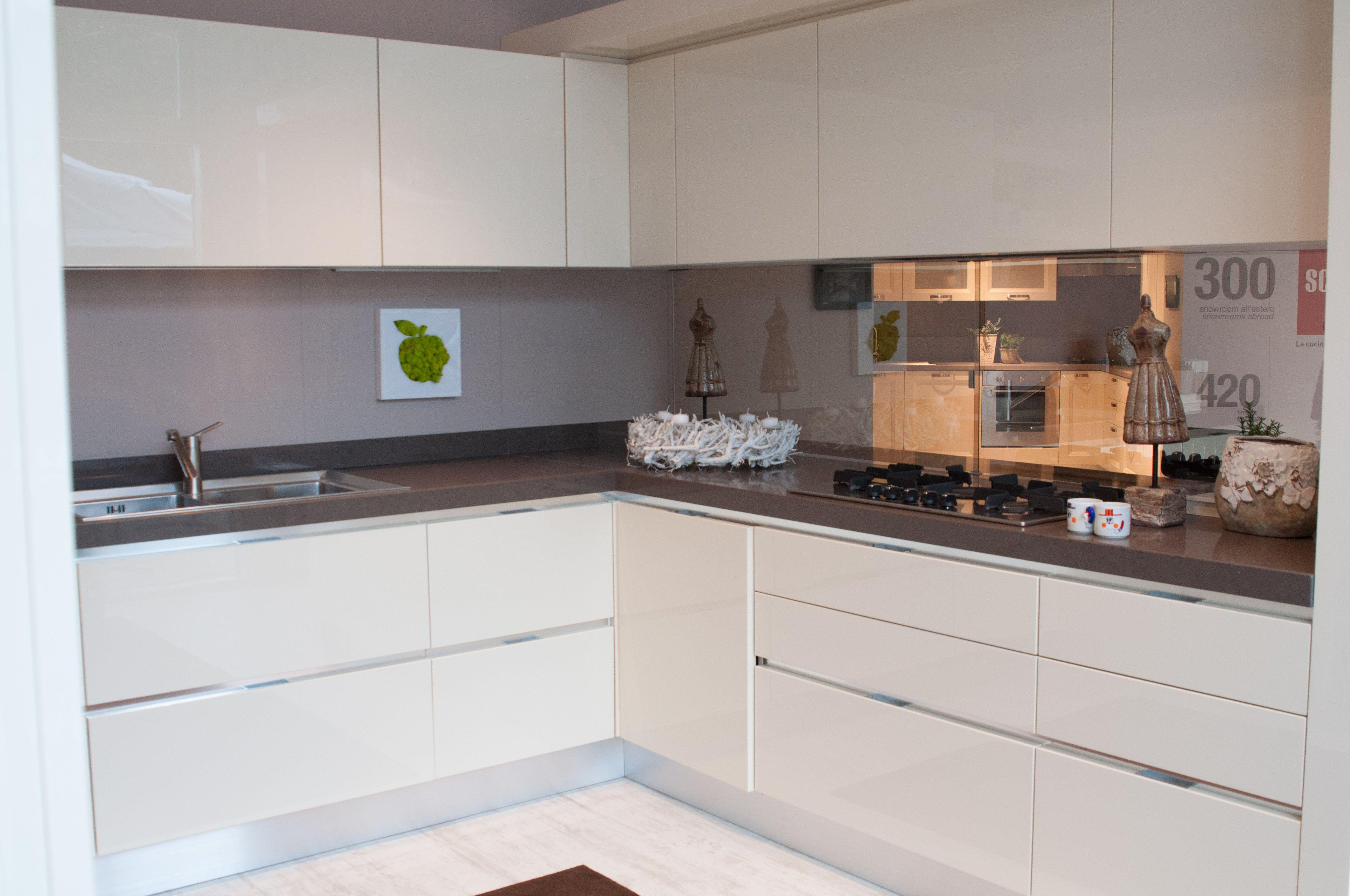 Cucina moderna Scavolini  composizione ad angolo bianca