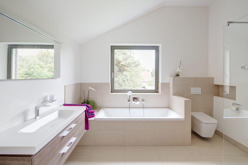 Gste Wc Fliesen Modern Stil Fr Badezimmer Mit Beige Fliesen Von K Architektur in Germany