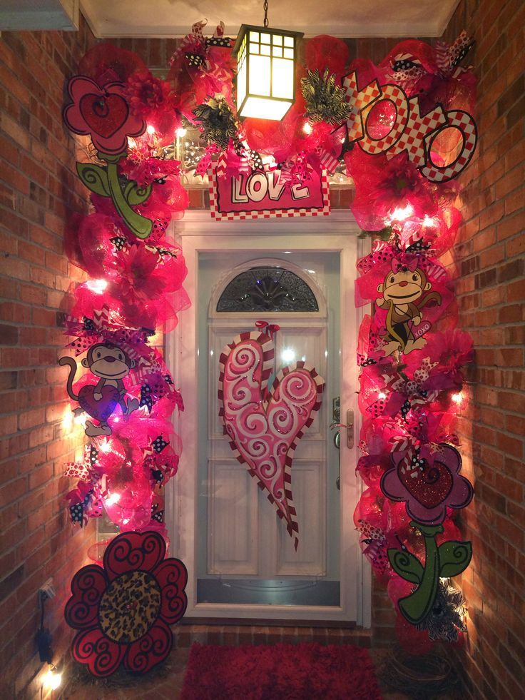 Valentines Day decorated front door. Valentines Garland