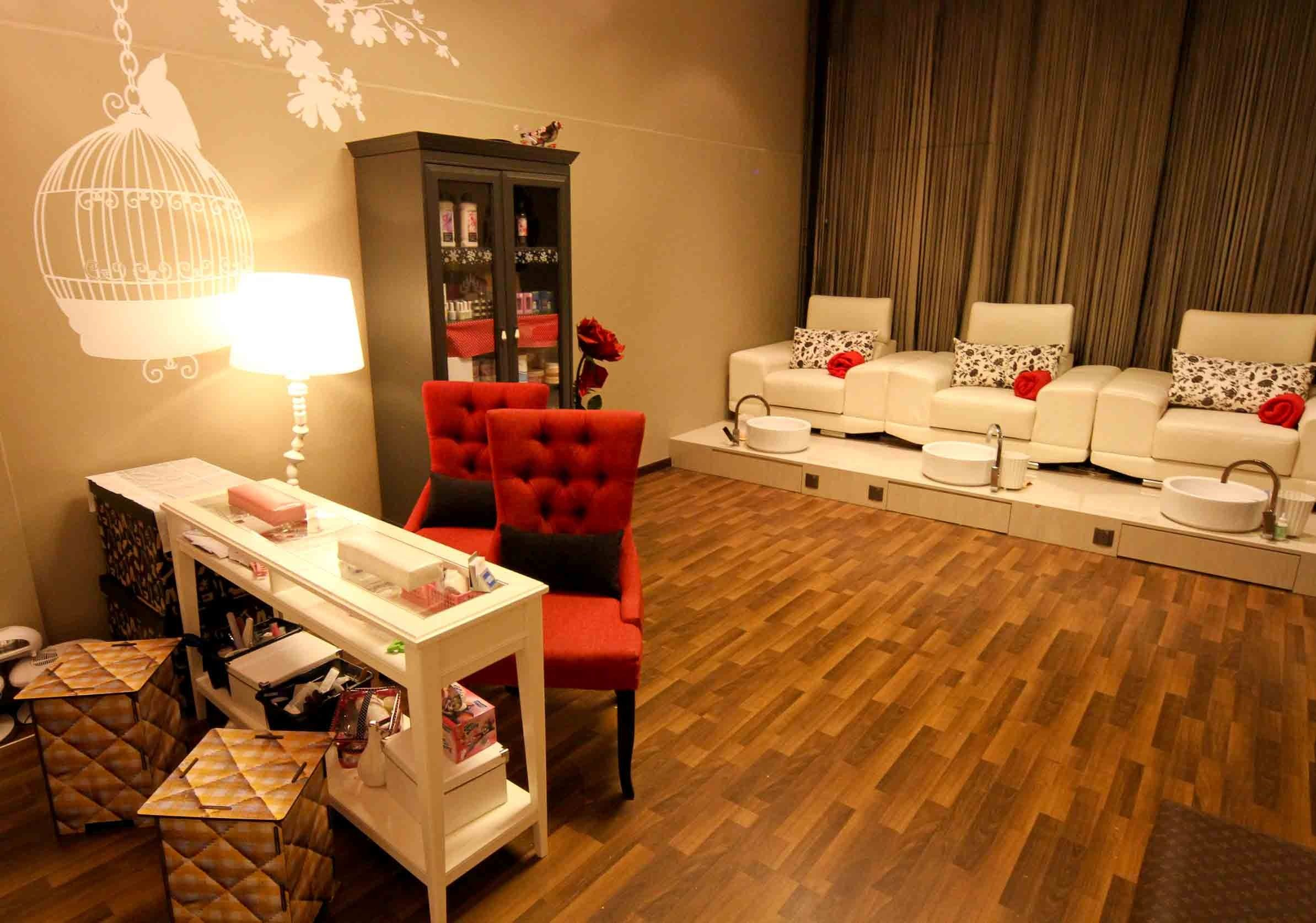 Best 25 Nail salon decor ideas on Pinterest  Beauty salon decor Beauty salons and Makeup salon