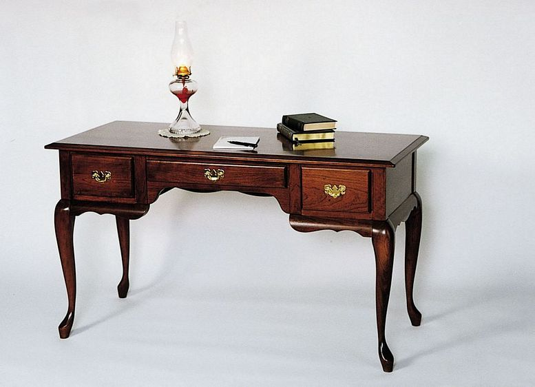 Table Writing Anne Queen
