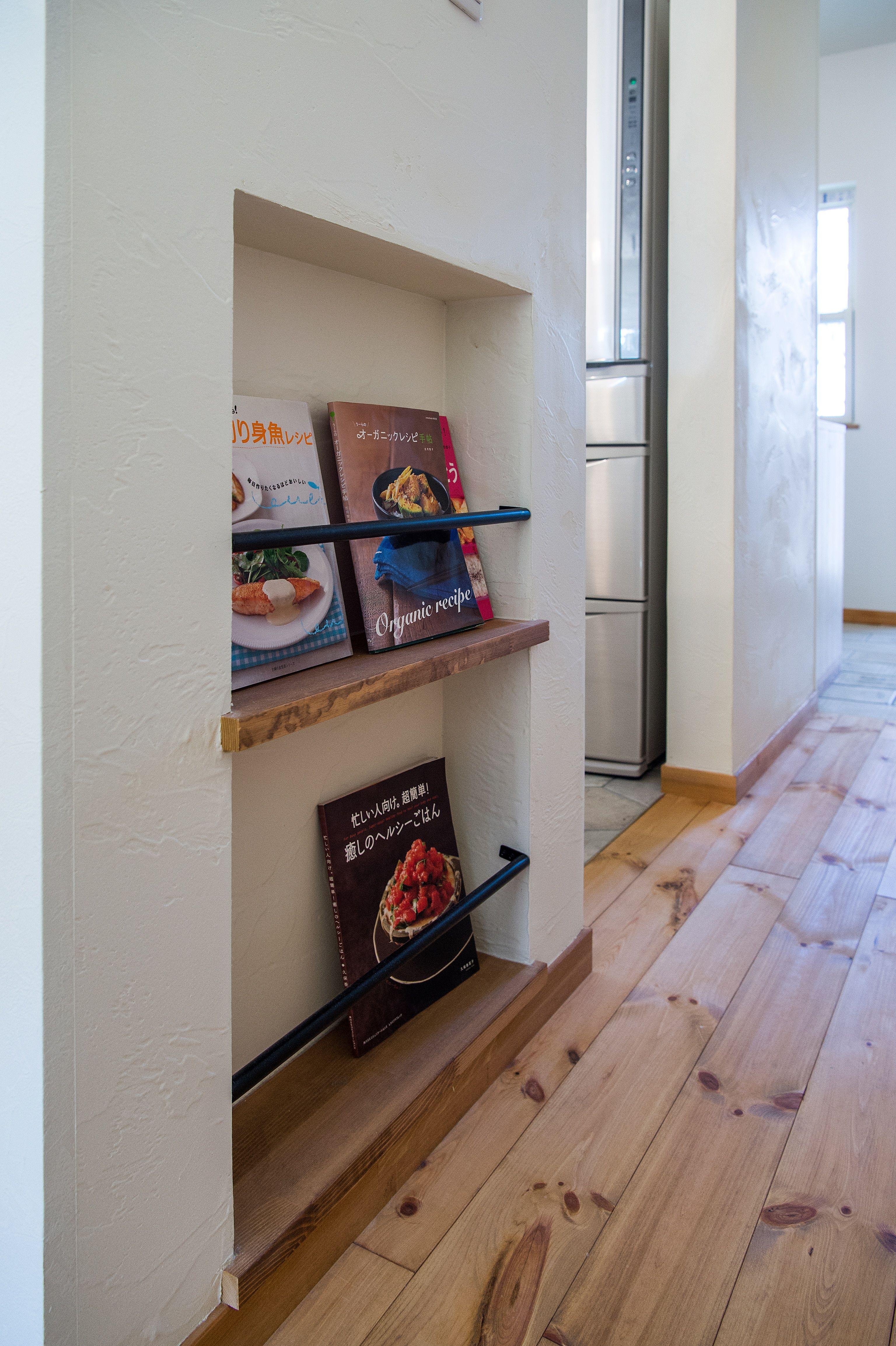 キッチン袖壁にはニッチを作ってマガジンラックのスペースをつくりました。バーはアイアン製で可愛く。 アイアン