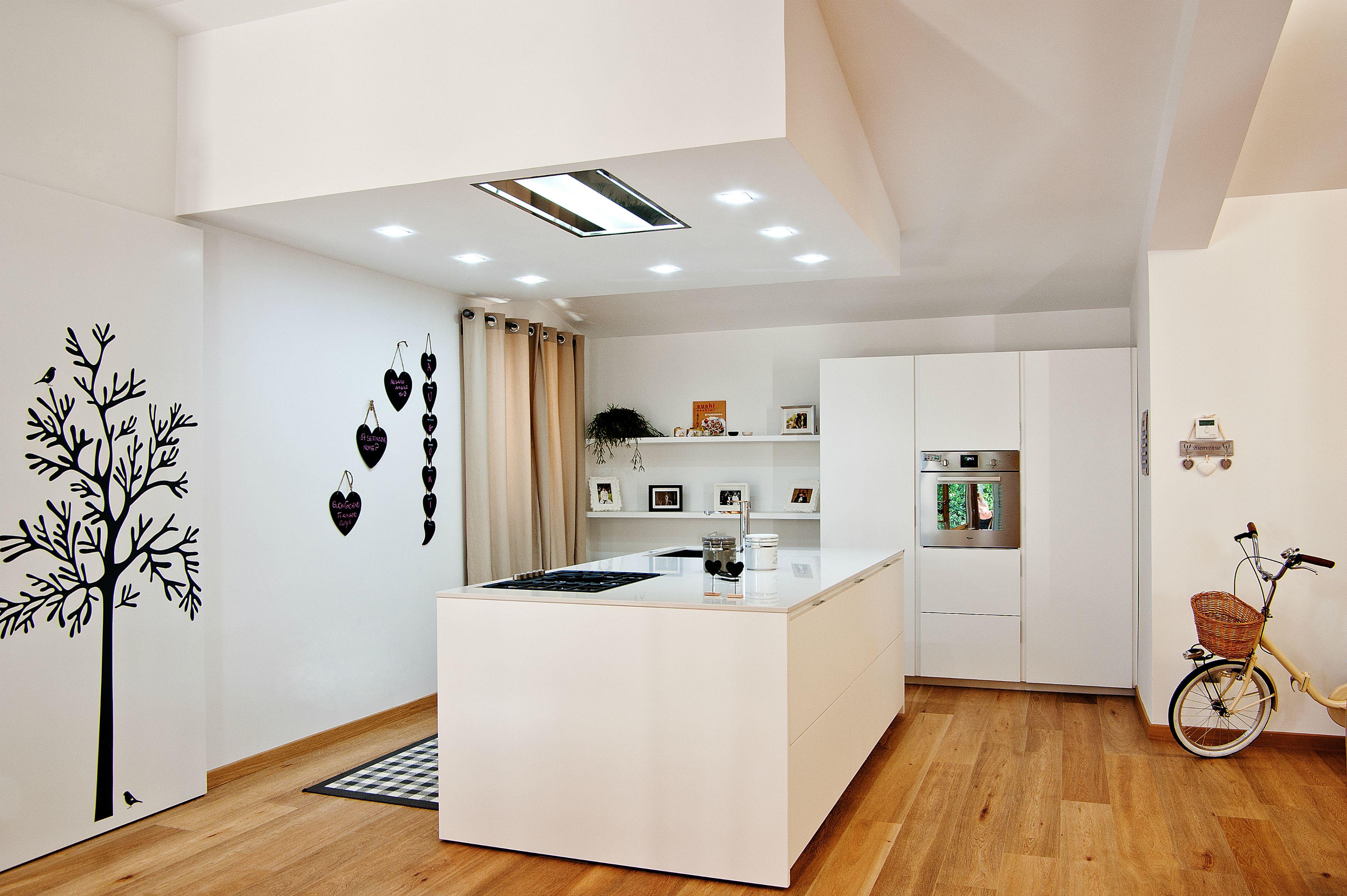 Cucina VISION di GATTOCUCINE laccato bianco lucido top in okite ed elettrodomestici in acciaio