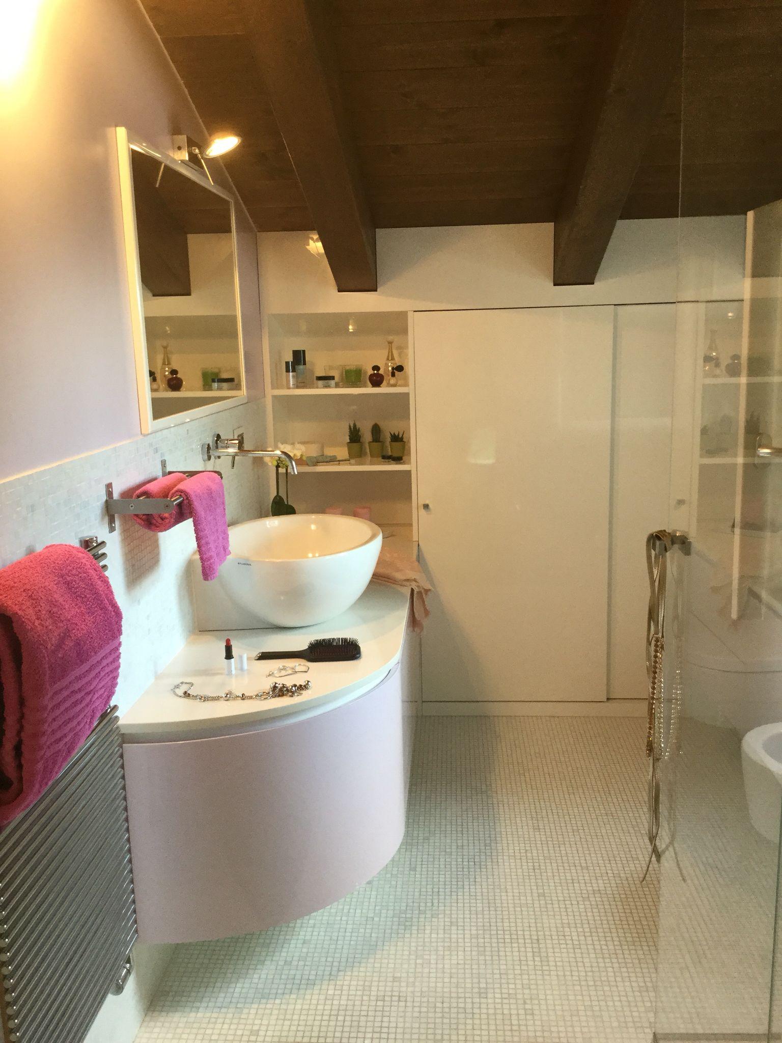 Arredo bagno personalizzato per mansarda laccato lucido bianco e glicine costituito da una parte