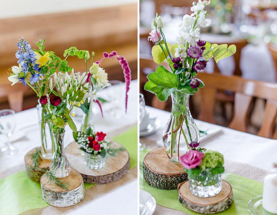 Bunte wilde Blumendeko mit Baumscheiben und Vschen bei