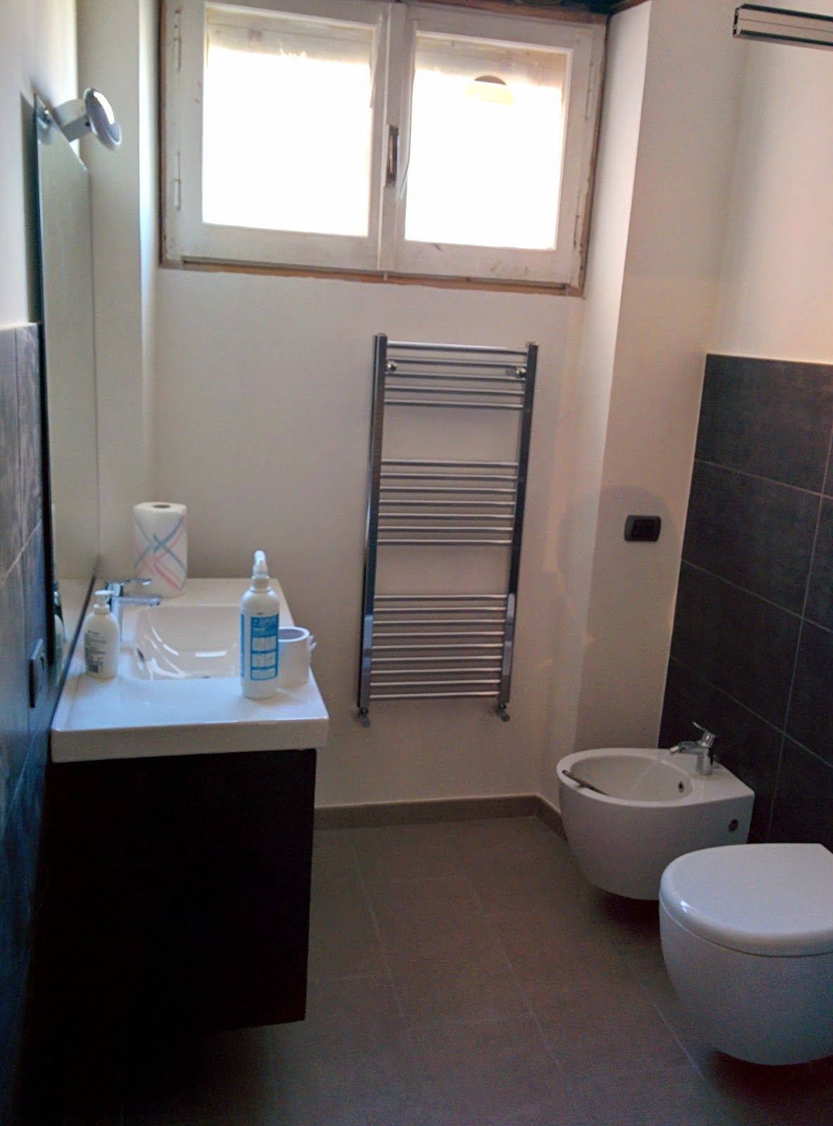 bagno secondario con rivestimento a parete a media altezza in gres porcellanato effetto lavagna