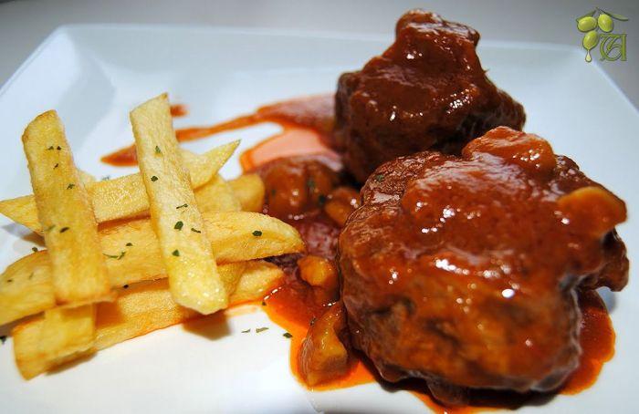 Rabo de toro con patatas fritas