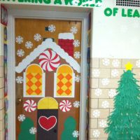 gingerbread house for classroom door. | Arts and Crafts ...