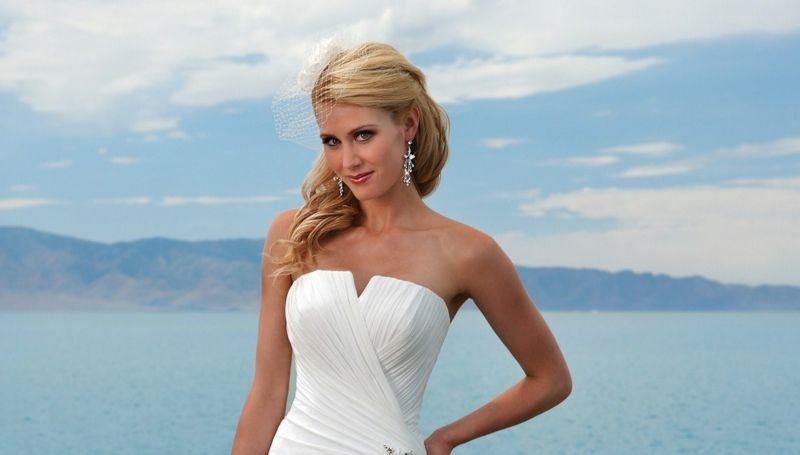Frisur Für Trägerloses Kleid Halboffen Elegant Locken Weiss Braut