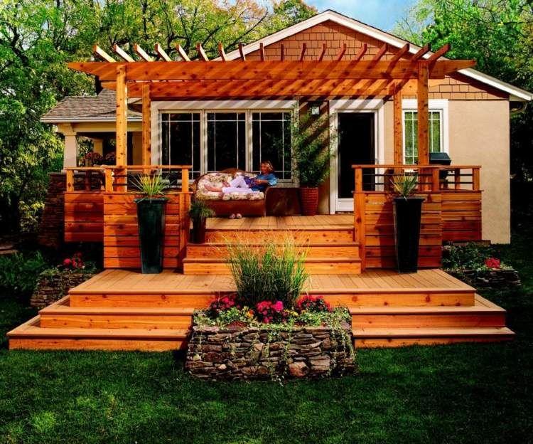 Eine Erhöhte Terrasse Mit Zwei Ebenen Und Pergola Garten