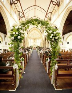 Adornos florales para la iglesia preciosas ideas indoor wedding archeschurch weddingswedding church aislewedding also rh pinterest