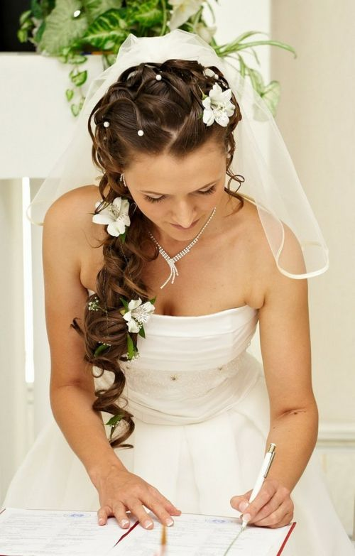 Brautfrisuren mit Blumen fr Ihre perfekte