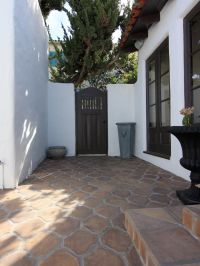 This Spanish-style kitchen courtyard forms an arresting ...