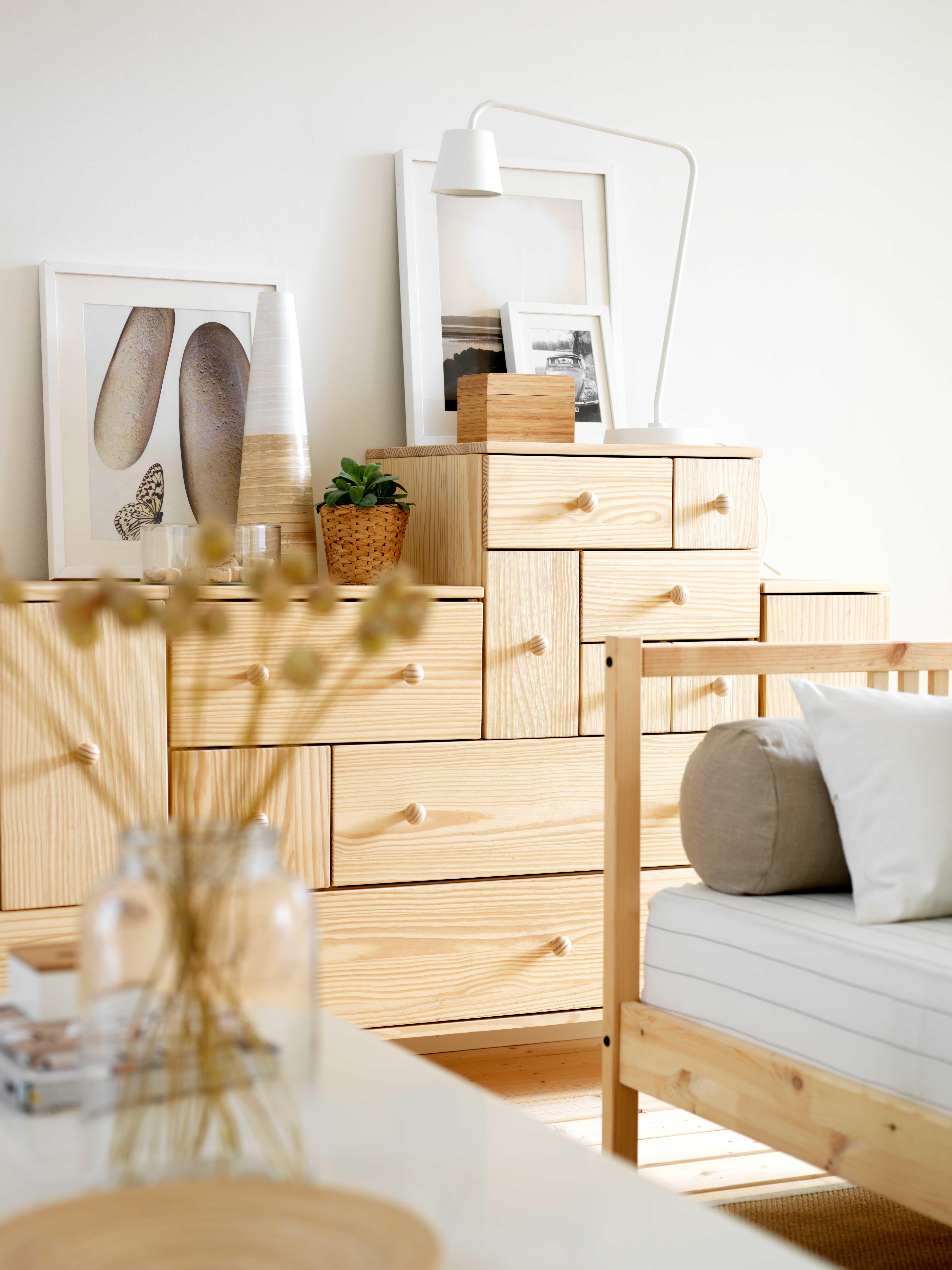 IKEA sterreich Inspiration Wohnzimmer Holz Kommode IKEA PS Leuchte TISDAG Vase CYLINDER