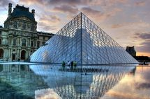 Francia La Piramide De Louvre Paris. Fuente