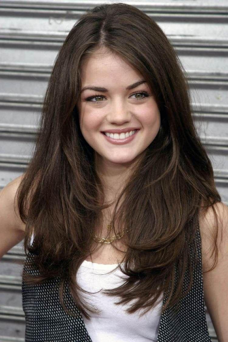 Lucy Hale Lange Braune Haare Seitenscheitel Glatt Frisur