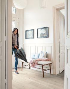 Soft oak in  light finish adds to the lovely airiness of this hallway laminate impressive ultra by quick step also crea un pasillo luminoso con suelos de madera  paredes blancas rh za pinterest