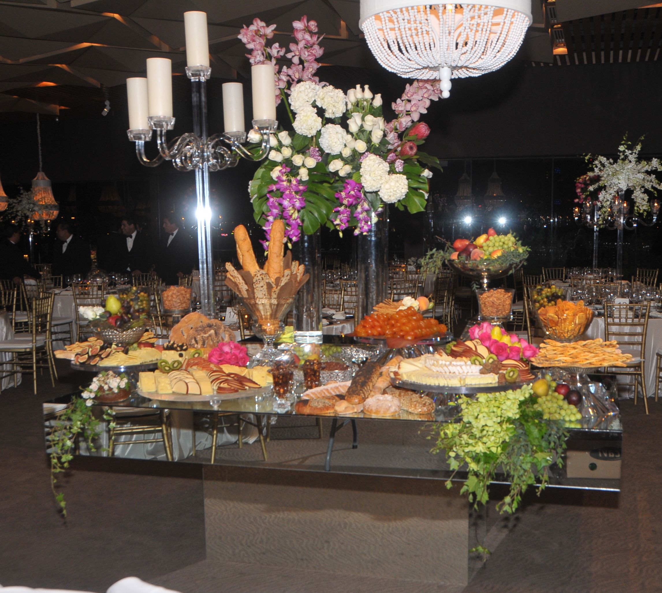 Mesa ESPEJO como mesa de quesos en boda  Mesas de quesos