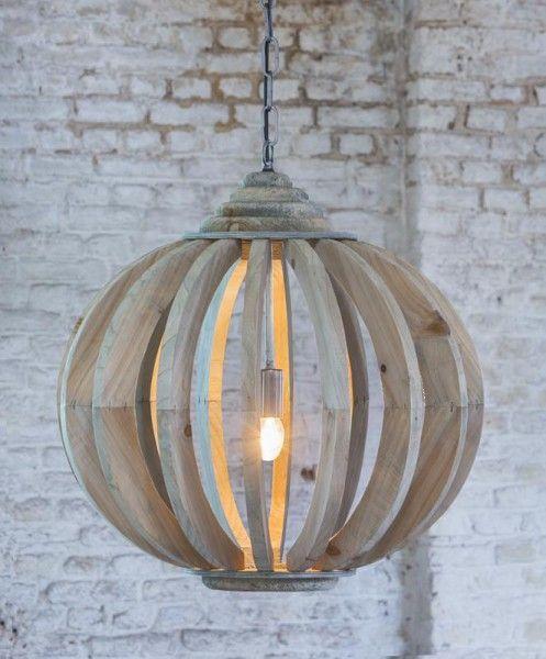Hanglamp Laura hout met spijlen staat mooi in een