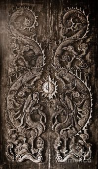 Antique wooden door, Sculpt a Dragon God. The age of ...