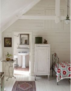 White shiplap in this rustic farmhouse room with country decor and red accents the best of shabby chic worldwide luxury interior design collection also cottage attic bedroom ideas cuarto de bano chulis pinterest rh