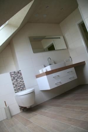 Holzoptik im Badezimmer und helle beige Wandfliesen  Badezimmer  Pinterest  Bathroom toilets